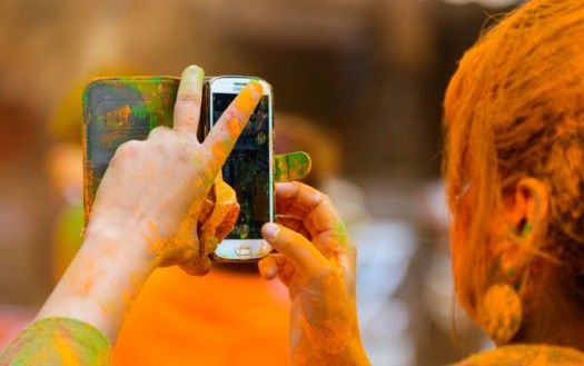 protect-smartphone-from-water-damage-this-Holi
